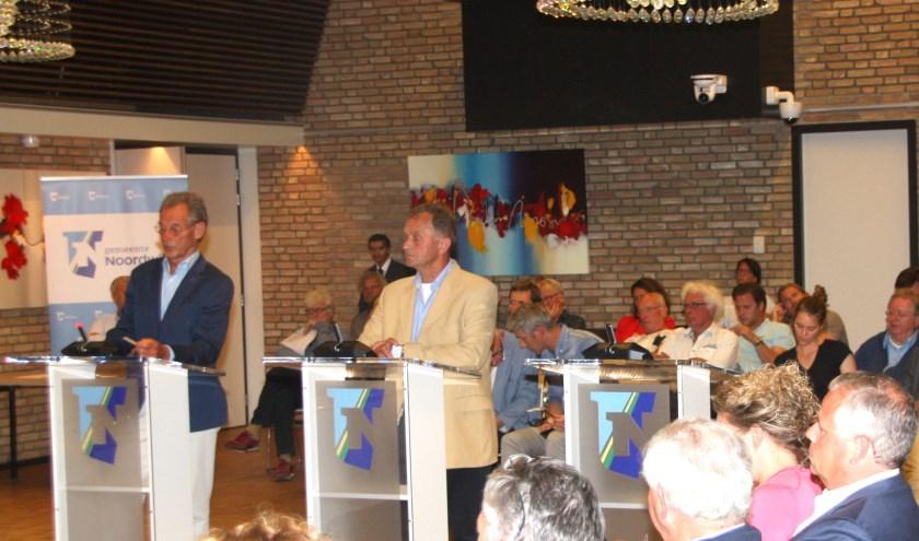 De CDA-raadsleden Beugelsdijk en van Haaster achter de interruptiemicrofoon bij de discussie over GOM-woningen.