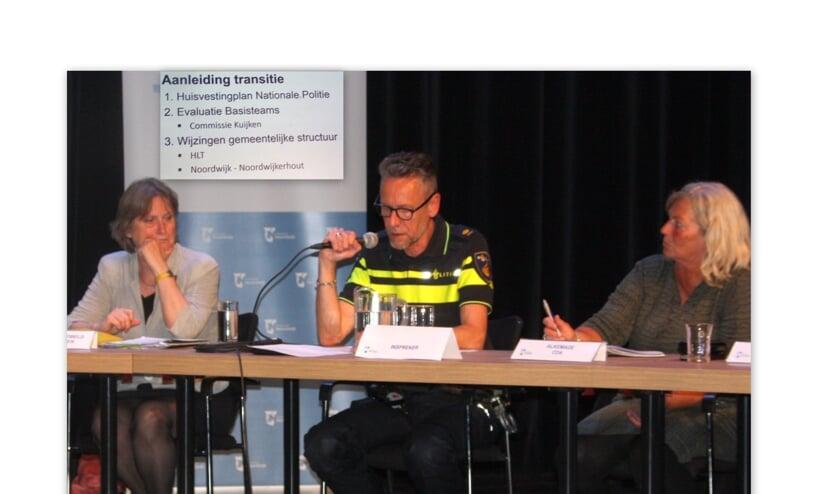 Politiechef Arthur van Baaren maakte duidelijk dat de reorganisatie en het sluiten van bureau Noordwijk zorgt voor meer agenten op straat. | Foto: WS