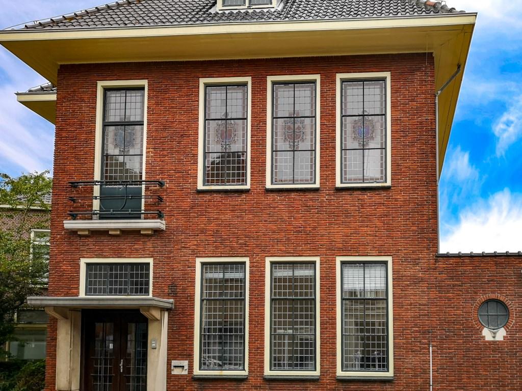 Het voormalige gemeentehuis aan de Hoofdstraat 1-3 met op de eerste verdieping de oude raadzaal.  Foto: Jolanda Ciere © uitgeverij Verhagen
