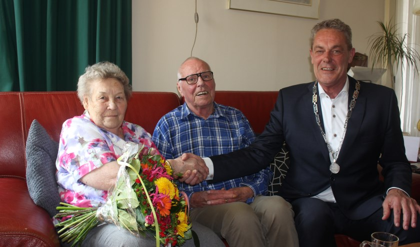 Het echtpaar Elderbroek- van Essen met locoburgemeester Anne de Jong. | Foto: Annemiek Cornelissen