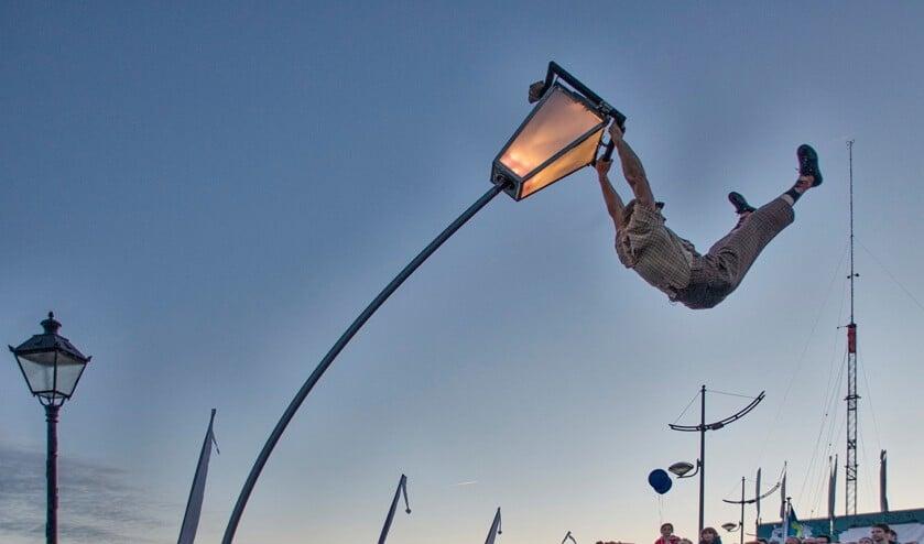 Op de Koningin Wilhelmina Boulevard vertoont het Cirque des Dunes zijn kunsten. | Foto: PR