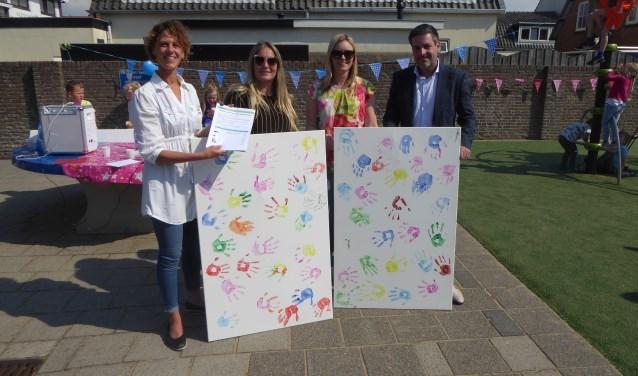 Els van der Steen, twee ouders die de kinder handtekeningen tonen en rechts Dennis Salman. | Foto: Ina Verblaauw