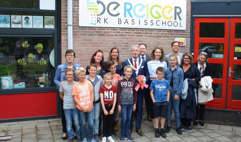 De leerlingen van de leerlingenraad op de foto met de burgemeester en wethouders van de gemeente Haarlemmermeer. | Foto: pr.