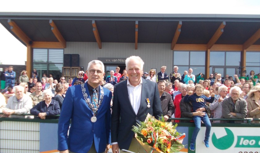 Tino de Groot en Sjaak van den Berg voor de kantine te midden van Van Nispianen. | Foto: Piet de Boer