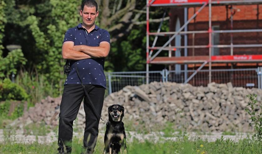 Martin Moonen en hond Jet houden hun omgeving scherp in de gaten.