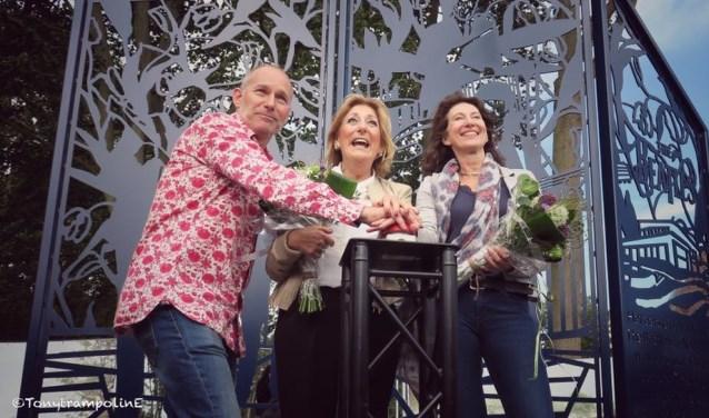 Beatlesfan en mede initiator Johan van Buren, Marga van Praag en wethouder Karin Hoekstra.   Foto's: Tony Whelan