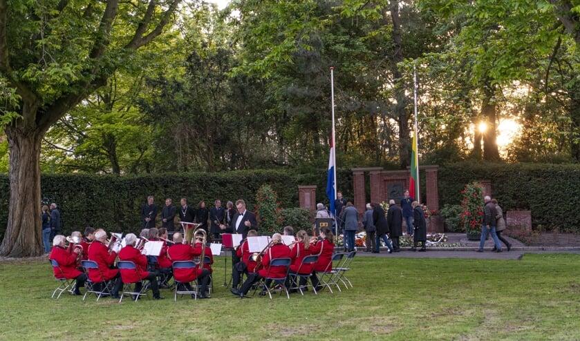 Op 4 mei dit jaar speelde Crescendo, zoals ieder jaar, tijdens de herdenkingsbijeenkomst. | Foto: archief, Remco Out