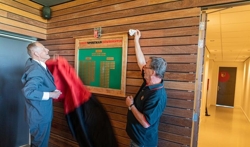 De onthulling van de Tabula Honoris door Krijn van den Berg en Emiel Sluyterman.