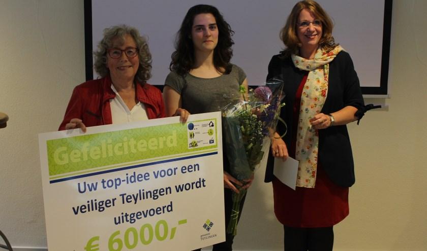 Winnares Wies Massaro ontvangt de cheque voor haar idee voor meer zichtbaarheid in het verkeer. | Foto: Nico Kuyt