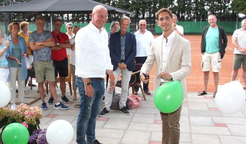 Roberto ter Hark opent samen met voorzitter Edwin Berkhout de clubaccommodatie bij Jonkers.   Foto: WS