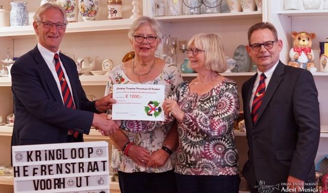 Wim van Vliet, voorzitter Adest Musica, en Arthur Volten, voorzitter Jeugdafdeling, ontvangen een donatie van Stichting Kringloop Voorhout. | Foto: PR Adest Musica, Esther Lemmers.