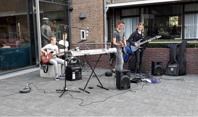 De Muziekschool liet gisteren zowel buiten als binnen het gemeentehuis van zich horen.   Foto: SKvD