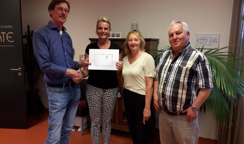 Penningmeester Jan Nijgh, Ria van de Kooy en  voorzitter Peter Tolk werden verwelkomd door Betty Haasnoot, teamleidster van deze instelling.