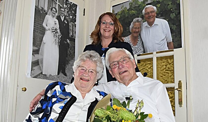Burgemeester Carla Breuer feliciteert Roos en Koos Hoogervorst met hun 65-jarig huwelijk. | Foto: Piet van Kampen