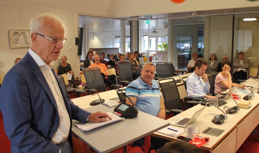 Vooraf aan de behandeling spreekt een woordvoerder van het Burgercomité Van Pallandtlaan de raadscommissie toe. | Foto: NK