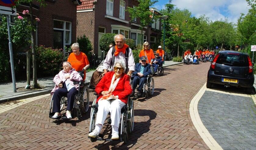 Duwers en deelnemers genieten van de wandelingen door het dorp.