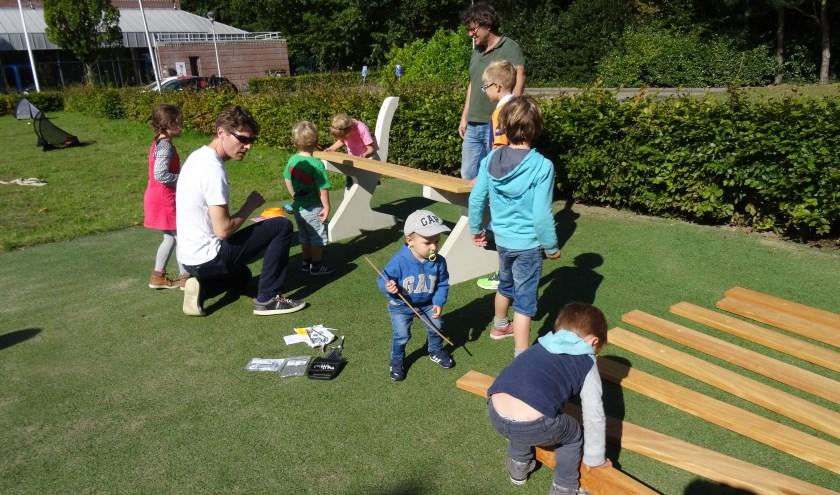 Bij speeltuin De Geest werd in 2017 tijdens Burendag een bankje in elkaar gezet.   Foto: archief