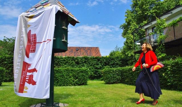 De eerste poging van oud-burgemeester Els Timmers om de duiventil te onthullen, mislukte. | Foto Willemien Timmers