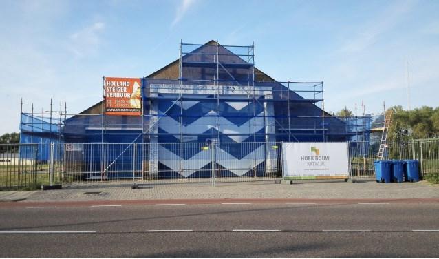 Het voormalige boothuis staat in de steigers. De aannemer is gisteren begonnen met restauratie.   Foto: RD