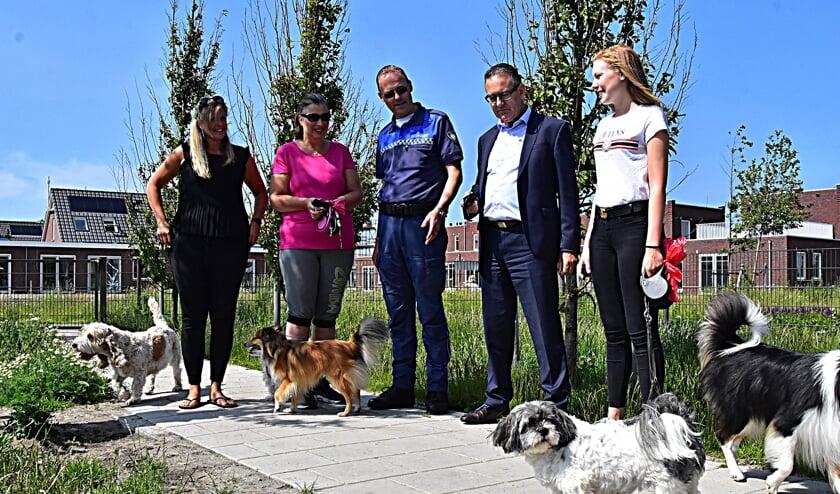 Wethouder Rob ten Boden en boa Rob Clemens delen sleutelhangers uit aan hondenbezitters. | Foto: PvK
