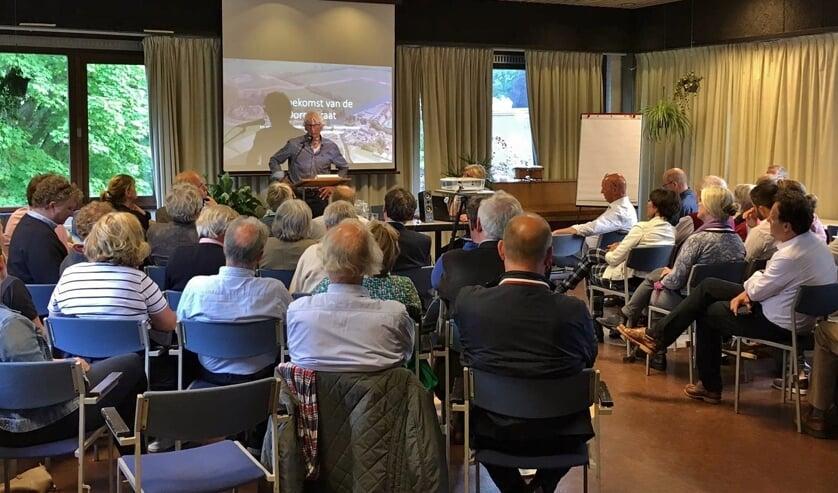 Henk Heemskerk, hij woont naast de brug, hield een introductie.