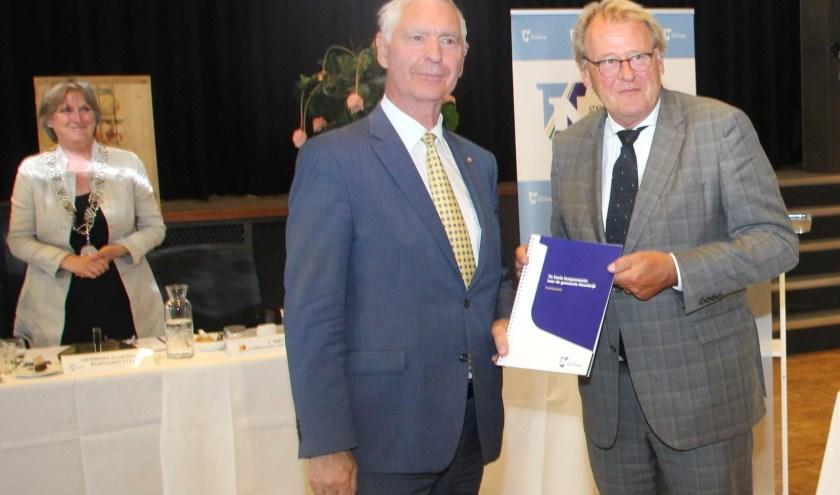 Hans Knapp overhandigt de profielschets voor een nieuwe burgemeester aan Jaap Smit. | Foto: Wim Siemerink