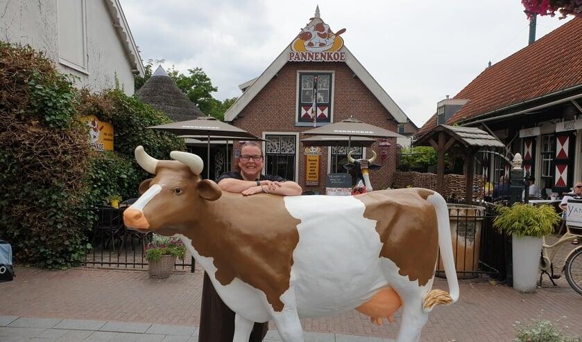 Mirjam van der Werff bij het boegbeeld van Pannenkoe, bij de ingang naar het restaurant.