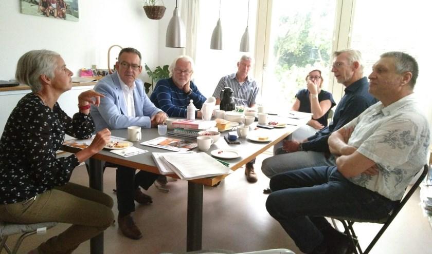 Wethouder Rob ten Boden (tweede vak links) luistert naar de buurtbewoners tijdens het laatste huiskamergesprek.   Foto: pr.
