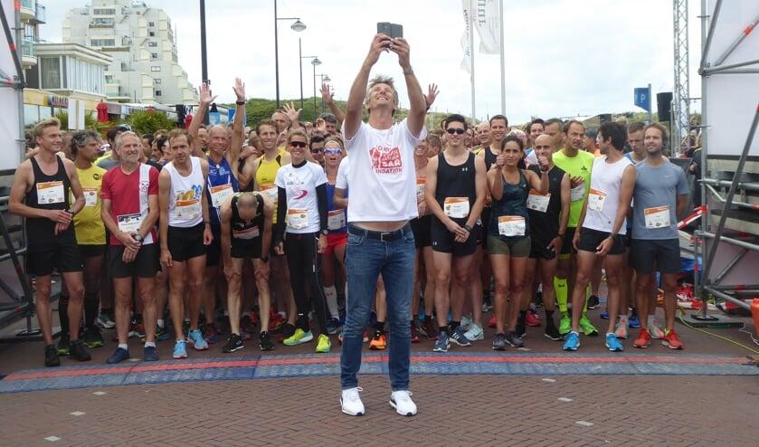 Edwin van der Sar maakt foto´s van de atleten aan de start. | Foto: Ina Verblaauw
