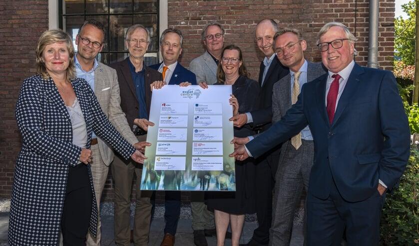 Partners van Economie071 (met 4e van links de Leiderdorpse wethouder Willem Joosten) zijn enthousiast over de verzelfstandiging van het Expat Centre regio Leiden.