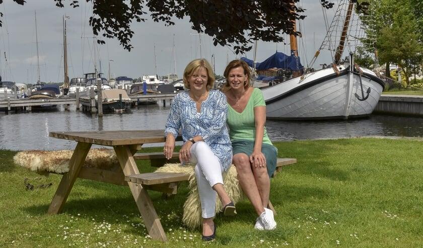 Jacqueline Eenens (l) en Jacqueline van Heteren organiseren het zomerse Boezemcafé.