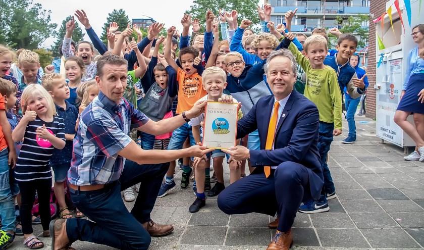 Verkeerswethouder Willem Joosten (rechts vooraan) reikte het School op Seef label uit.