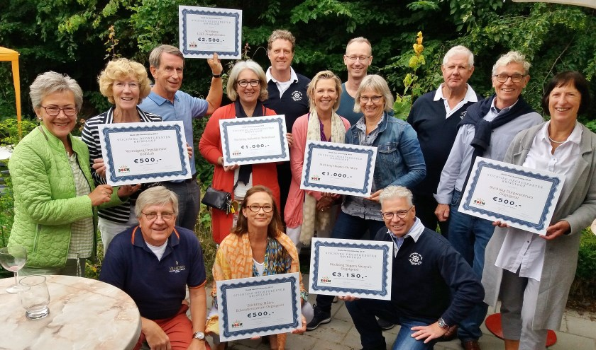Zeven goede doelen ontvingen een cheque.