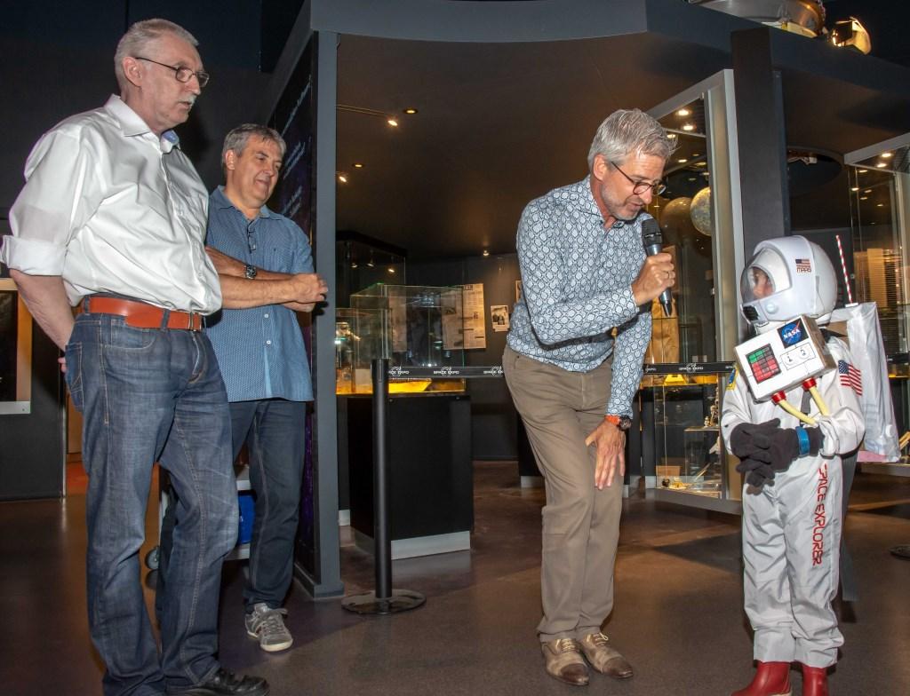 Opening van de expositie met toekomstig astronaut Lars.  © uitgeverij Verhagen