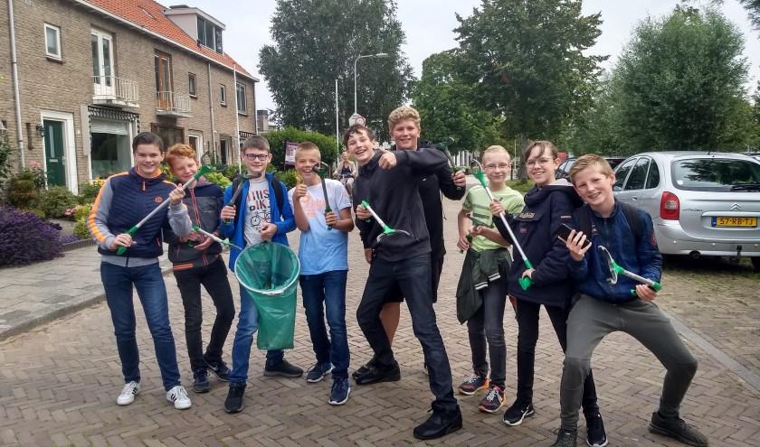 Groepjes leerlingen trokken door de wijken om zwerfafval op te ruimen.