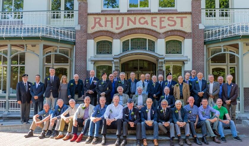 De veteranen en college voor de traditionele groepsfoto voor het gemeentehuis.