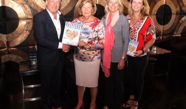 Voorzitter Morssink overhandigt de folder aan mevrouw van der Hulst en haar beide dochters. | Foto: WS