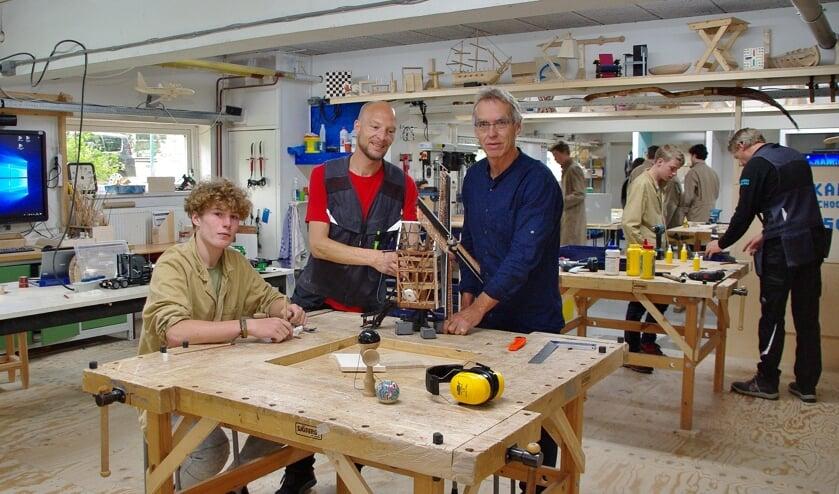"""Locatiedirecteur Douwe Splinter (rechts) met een vakdocent en een leerling in één van de vernieuwde technieklokalen: """"Wij proberen voor al onze leerlingen werk te vinden dat bij hen past."""""""
