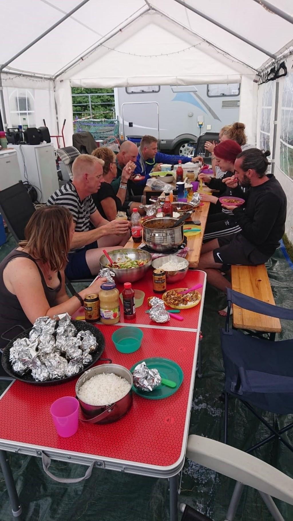 Genoten van een volle maaltijd.  © uitgeverij Verhagen