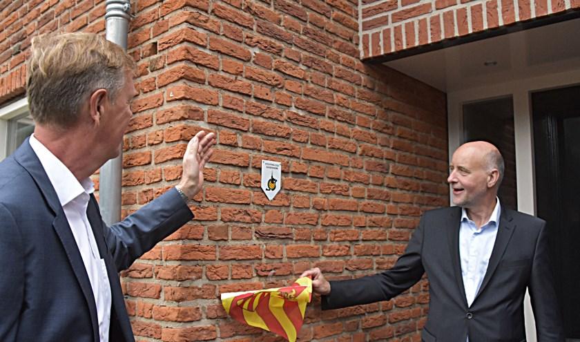 Bert Klaver en wethouder Arno van Kempen (r) onthullen het schildje