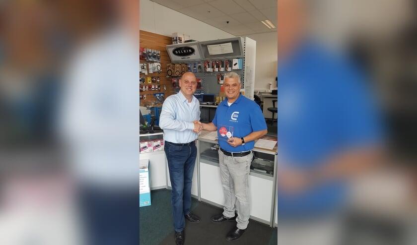 Murat Kivrakdal krijgt zijn prijs uit handen van een vertegenwoordiger van SBB.