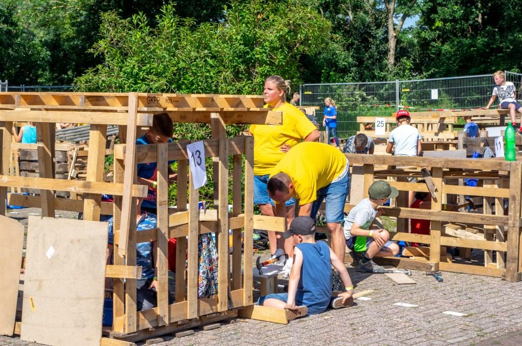 Met wat hulp van vrijwilligers worden de mooiste hutten gebouwd. Foto: J.P.Kranenburg © uitgeverij Verhagen