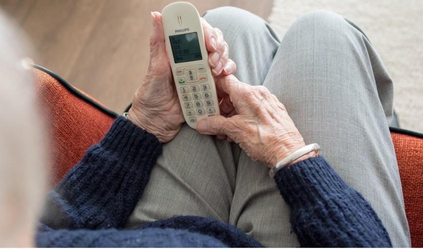 Niet alleen aan de deur proberen oplichters hun slag te slaan, dat gebeurt ook telefonisch. Geef nooit een pincode van een bankpas door.
