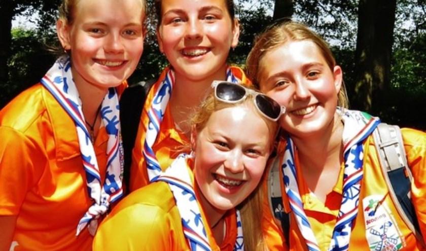 Elaine (links boven), Maayke (midden) en Roxanne (rechts). Midden onder staat Esmee.