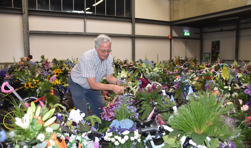 Harry Didden is een van de vrijwilligers die de bloem toeven op de fietsen heeft gemaakt.   Foto: CvdS.