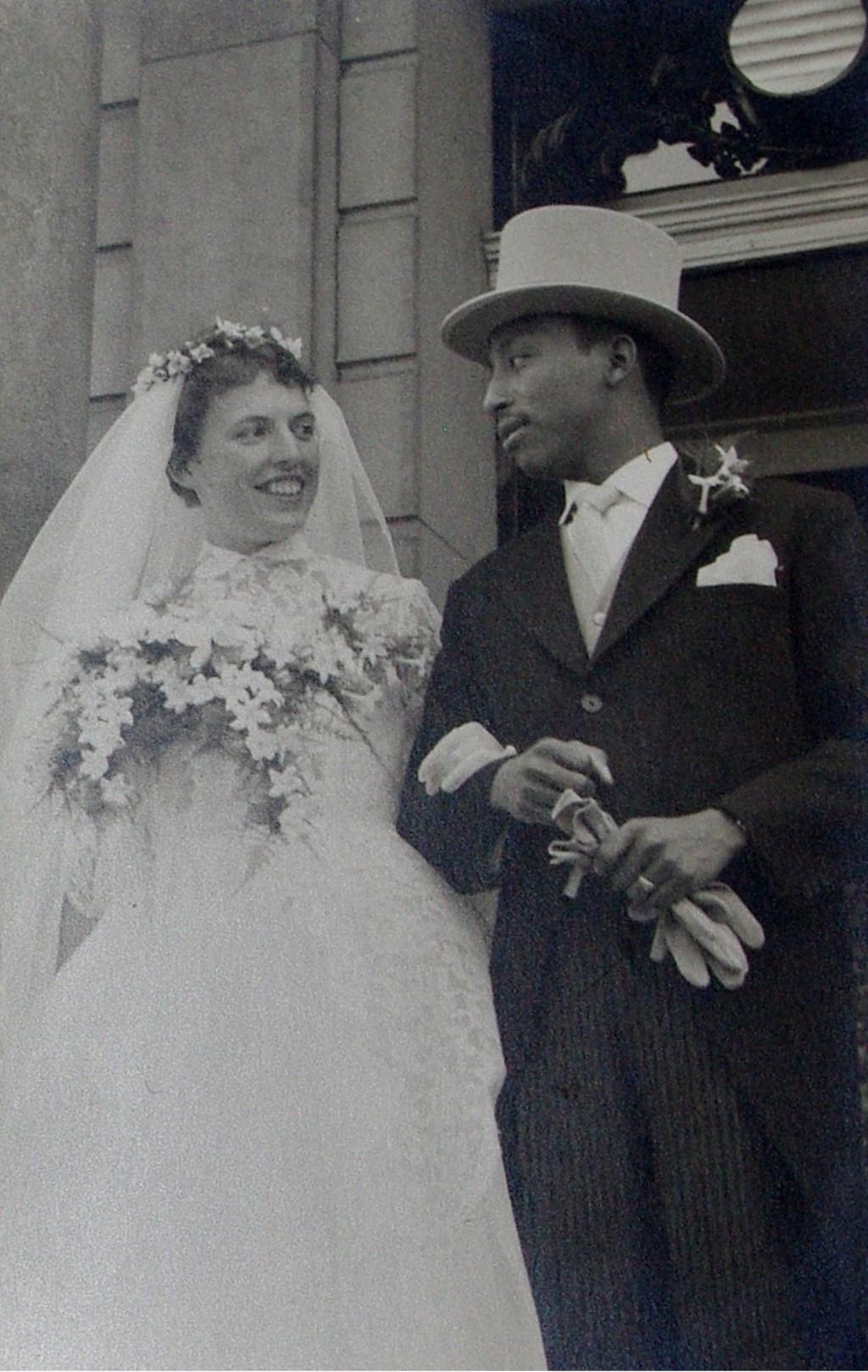 Het kersverse bruidspaar op 13 augustus 1959.  © uitgeverij Verhagen