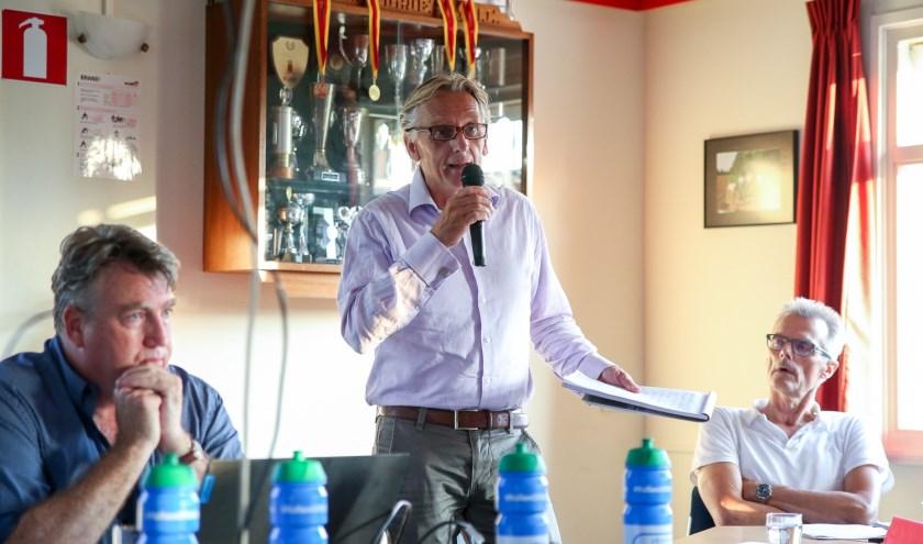 Voorzitter Philip van der Post spreekt de vergadering toe.