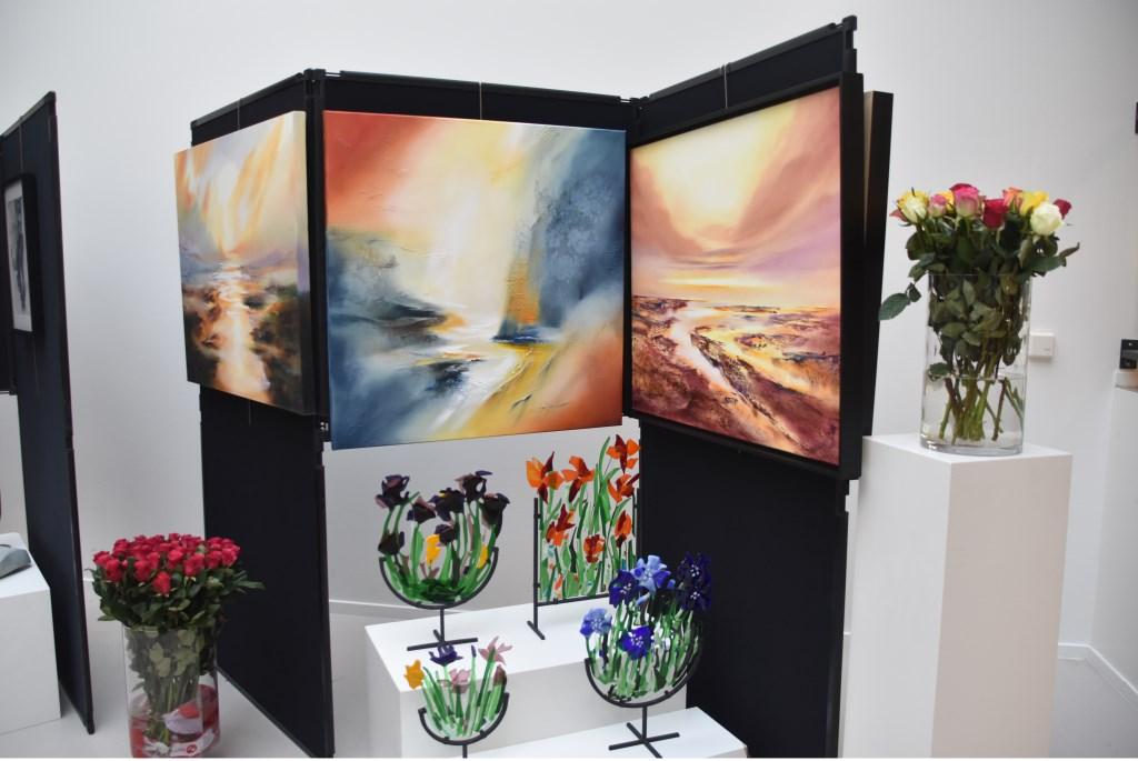 De schilderijen van Ineke Leune en het glaswerk van Caroline den Haan. Foto: C. van der Spijk-Kralt © uitgeverij Verhagen