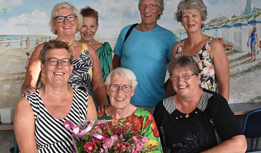 Annie Paauw werd verrast door haar zwemmaatjes Arie, Anja, Trijnie, Gerda en Ans.   Foto: Piet van Kampen