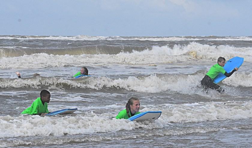 De golfsurfclinic vormde een frisse start van het uitgebreide programma van het Noordzeezomerfestival. | Foto: Piet van Kampen